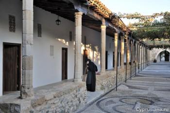 В монастырском дворе