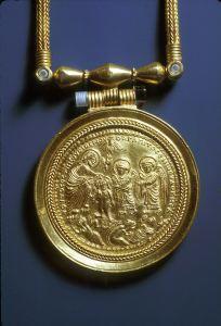 Богоявление (Крещение). Энколпион VII (?) века, сделанный из монеты в 12 солидов 584 года (император Маврикий Тиберий). Коллекция Dumbarton Oaks, США