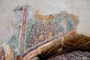 Фигуры святых жен над западной дверью