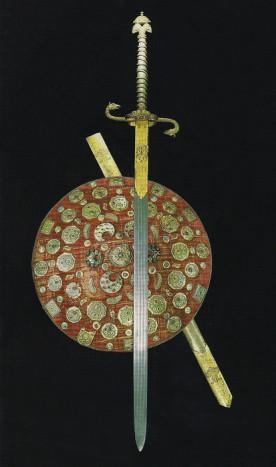 Государственные щит и меч с запонами в виде полумесяцев. Москва, XVII век. Музеи Московского Кремля