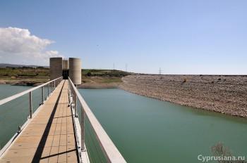 Вид на дамбу и водохранилище