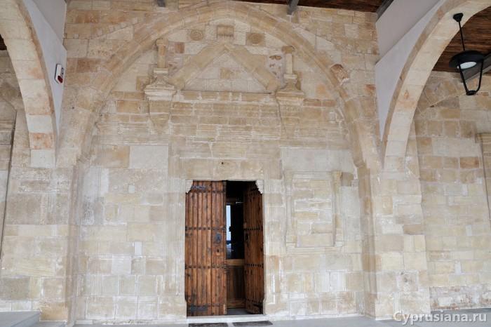 Южная стена храма