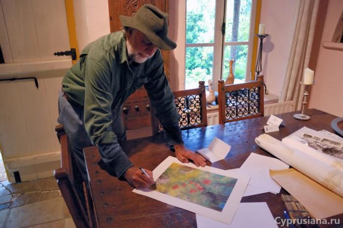 Майкл Оуэн подписывает нам репродукцию картины