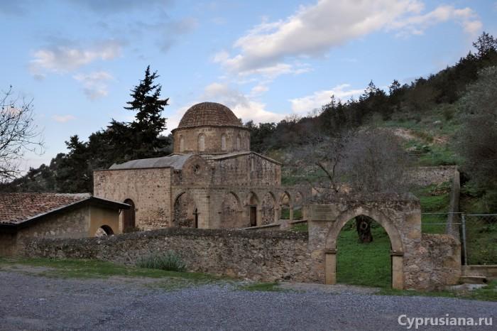 Перед входом в монастырь