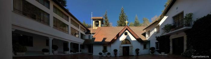 Во дворе монастыря Троодитисса