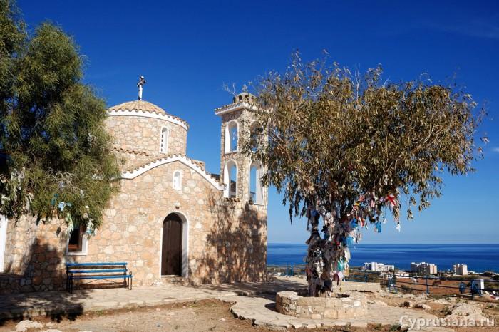 Дерево желаний рядом с церковью Ильи Пророка