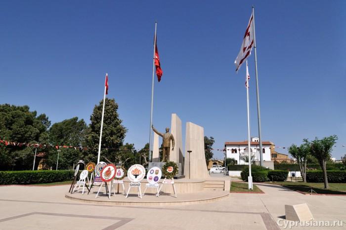 Площадь в Морфу с памятником Ататюрку