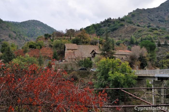 Вид на монастырь Иоанна Лампадиста с другого берега
