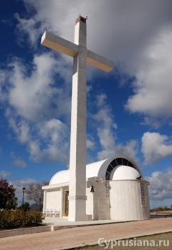 Крест рядом с часовней