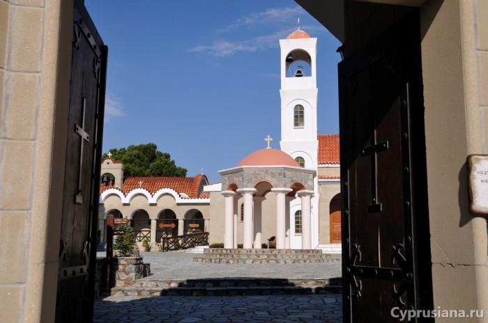 При входе в монастырь