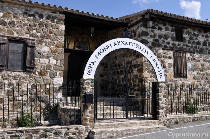 У входа в монастырь Архангела Михаила в Аналионтасе