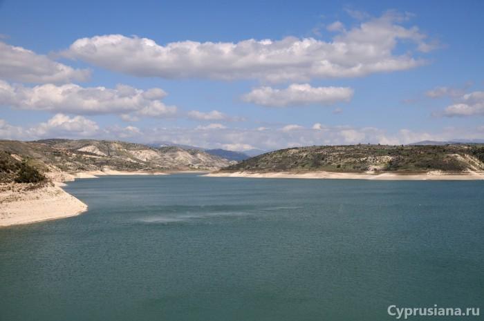 Вид с дамбы на водохранилище