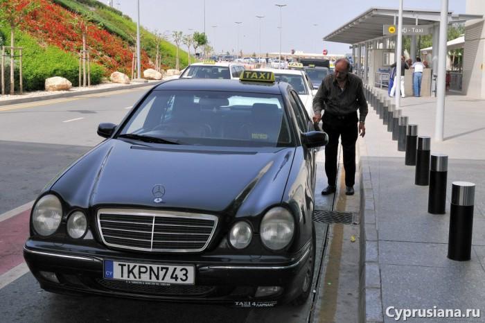 Стоянка такси возле аэровокзала