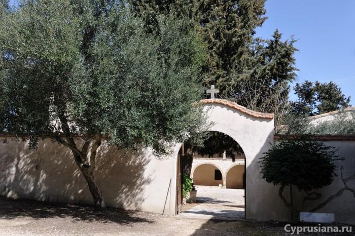 Вход в монастырь св. Креста Мятного