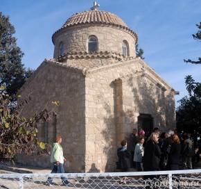 Греческие батюшки у монастыря