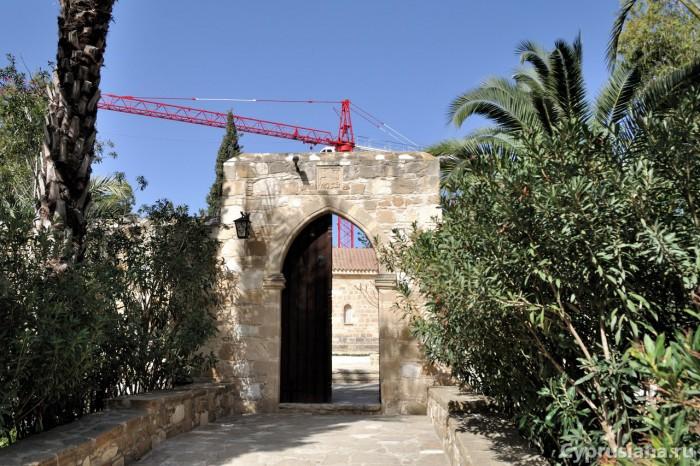 Вход в монастырь св. Георгия Мавровуни