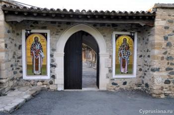 У входа в монастырь