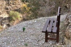 Камни и скамейка