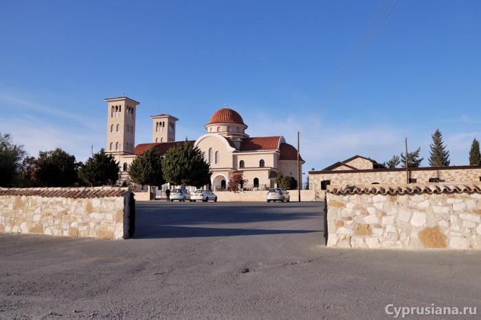 Стоянка около церкви св. Рафаила