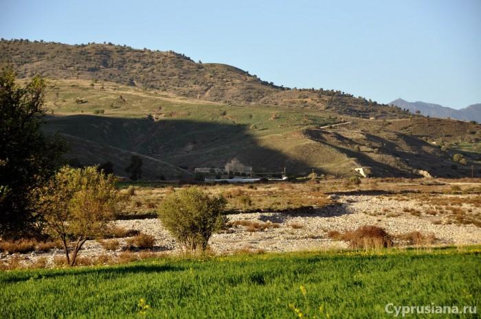 Долина реки с видом на монастырь
