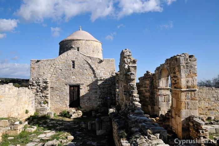 На территории монастыря Честного Креста