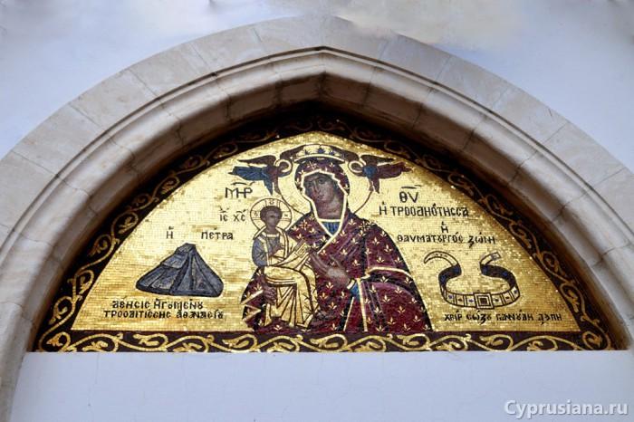 Образ перед входом в церковь