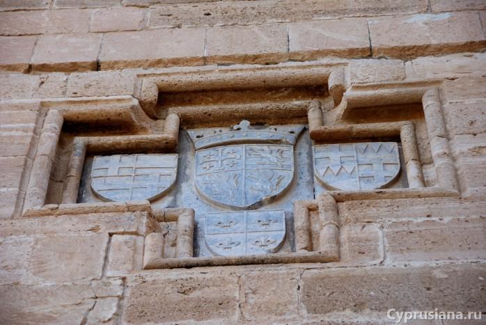 Мраморная панель с гербами