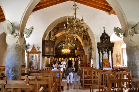 Группа туристов в церкви св. Параскевы