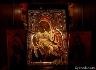 Икона Богородицы в церковной лавке
