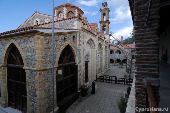 На верхнем ярусе монастыря