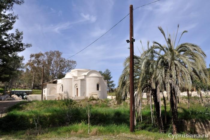 Cтроительная площадка и церковь